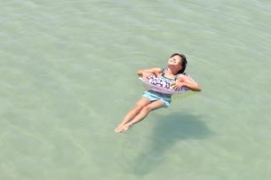 海水浴を楽しむ女の子の写真素材 [FYI02993408]