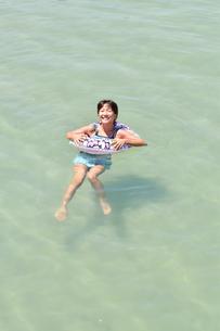海水浴を楽しむ女の子の写真素材 [FYI02993409]