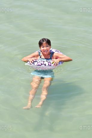 海水浴を楽しむ女の子の写真素材 [FYI02993410]