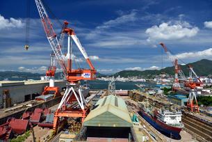 呉の歴史の見える丘から眺望する造船所の写真素材 [FYI02993444]