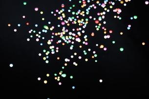 飛散る発泡スチロールのボールの写真素材 [FYI02993485]