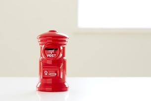 テーブルの上のポスト型貯金箱の写真素材 [FYI02993561]