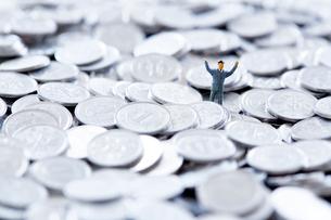 一円硬貨の中に埋もれたミニチュアの人の写真素材 [FYI02993575]