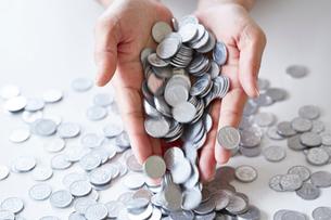 両手の中の一円硬貨の写真素材 [FYI02993580]