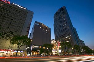 基町クレドふれあい広場と鯉城通りの夜景の写真素材 [FYI02993601]