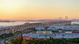 夕暮れ時の瀬戸大橋の写真素材 [FYI02993615]