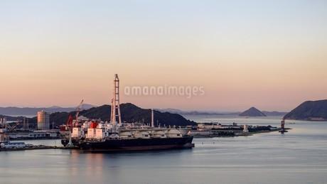 夕暮れ時の瀬戸内海の写真素材 [FYI02993618]