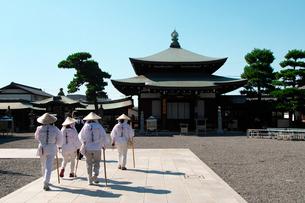 善通寺の護摩堂とお遍路さんの写真素材 [FYI02993642]
