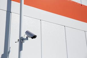 監視カメラとオレンジのボーダーの壁の写真素材 [FYI02993694]