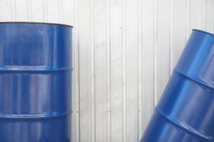 青いドラム缶の写真素材 [FYI02993696]