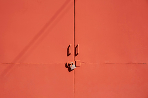 朱色の鉄扉の写真素材 [FYI02993699]