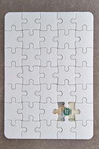 アメリカドル紙幣とジグソーパズルの写真素材 [FYI02993726]