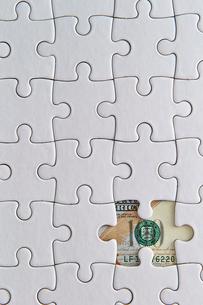 アメリカドル紙幣とジグソーパズルの写真素材 [FYI02993728]