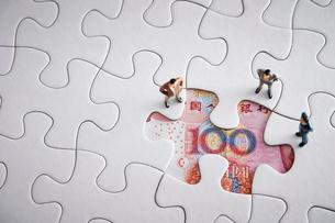 中国人民元紙幣とジグソーパズルの写真素材 [FYI02993780]