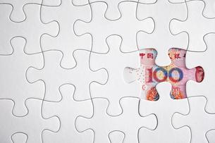 中国人民元紙幣とジグソーパズルの写真素材 [FYI02993781]
