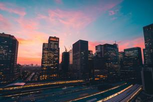 東京駅と千代田区丸の内の夕暮れの都市景観の写真素材 [FYI02994050]