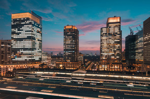東京駅と千代田区丸の内の夕暮れの都市景観の写真素材 [FYI02994083]