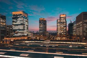 東京駅と千代田区丸の内の夕暮れの都市景観の写真素材 [FYI02994087]