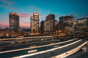東京駅と千代田区丸の内の夕暮れの都市景観の写真素材 [FYI02994089]