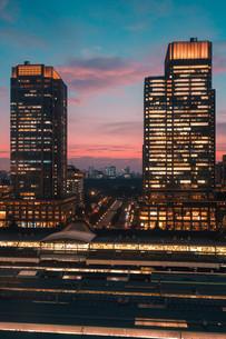 東京千代田区丸の内の夕暮れの都市景観の写真素材 [FYI02994106]