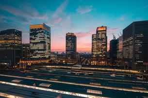 東京駅と千代田区丸の内の夕暮れの都市景観の写真素材 [FYI02994108]