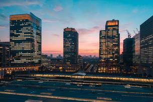 東京駅と千代田区丸の内の夕暮れの都市景観の写真素材 [FYI02994113]