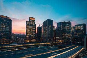 東京駅と千代田区丸の内の夕暮れの都市景観の写真素材 [FYI02994124]