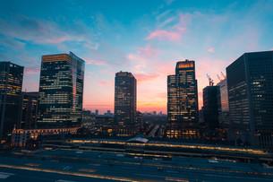 東京駅と千代田区丸の内の夕暮れの都市景観の写真素材 [FYI02994126]