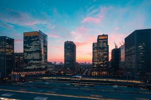 東京駅と千代田区丸の内の夕暮れの都市景観の写真素材 [FYI02994128]