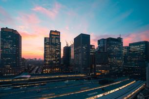 東京駅と千代田区丸の内の夕暮れの都市景観の写真素材 [FYI02994130]