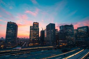 東京駅と東京千代田区丸の内の夕暮れの都市景観の写真素材 [FYI02994132]