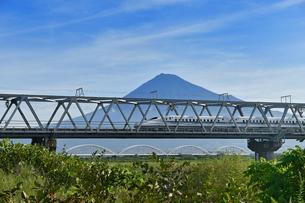 富士山と新幹線の写真素材 [FYI02994257]