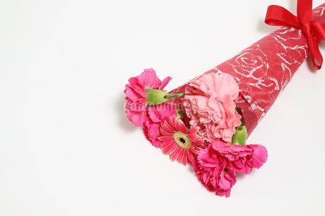 ガーベラとカーネーションの花束の写真素材 [FYI02994347]