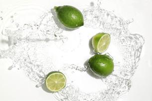 ライムと水飛沫の写真素材 [FYI02994351]