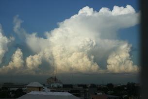 ドミニカの空に浮かぶ巨大入道雲の写真素材 [FYI02994355]