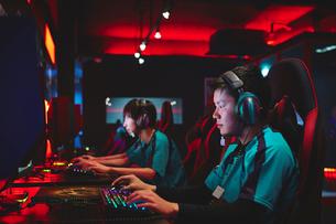 eSportsカフェでゲームをする男性プレーヤーチームの写真素材 [FYI02994380]