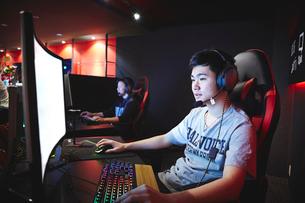 eSportsカフェでゲームをする男性プレーヤーの写真素材 [FYI02994411]