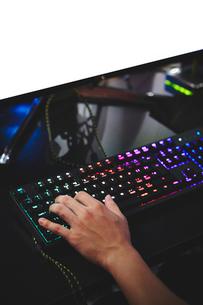 eSportsカフェでゲームをする男性プレーヤーの手元の写真素材 [FYI02994423]