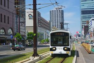阿倍野筋と阪堺電車の写真素材 [FYI02994455]