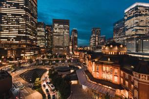 東京駅と千代田区丸の内の夜景の写真素材 [FYI02994839]