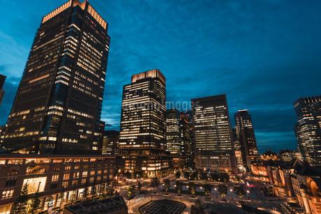 東京駅と千代田区丸の内の夜景の写真素材 [FYI02994843]