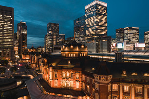 東京駅と千代田区丸の内の夜景の写真素材 [FYI02994848]