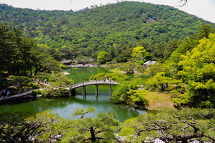 栗林公園の飛来峰(ひらいほう)から南湖に架かる偃月橋(えんげつきょう)の写真素材 [FYI02994897]