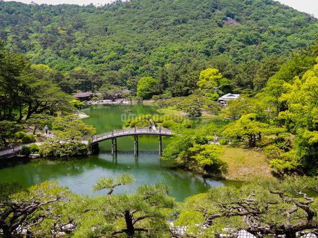 栗林公園の飛来峰(ひらいほう)から南湖に架かる偃月橋(えんげつきょう)の写真素材 [FYI02994898]