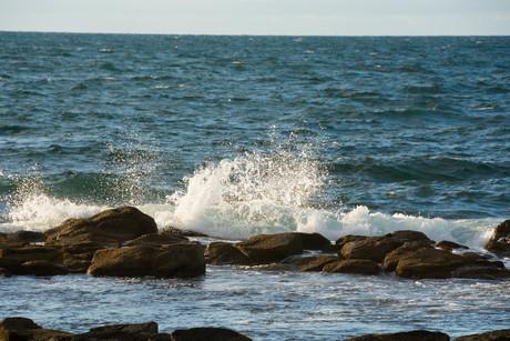 岩に当たって砕ける波の写真素材 [FYI02994909]