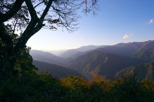 秋の奥多摩湖と秩父方面の山脈の写真素材 [FYI02994942]