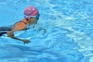 プールで泳ぐ女の子(平泳ぎ)の写真素材 [FYI02994966]