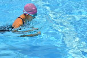 プールで泳ぐ女の子(平泳ぎ)の写真素材 [FYI02994967]