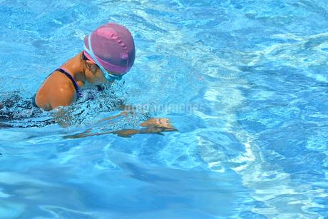 プールで泳ぐ女の子(平泳ぎ)の写真素材 [FYI02994968]