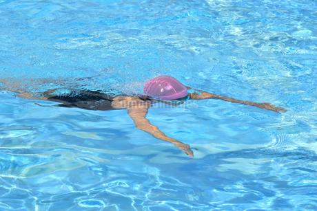 プールで泳ぐ女の子(平泳ぎ)の写真素材 [FYI02994970]